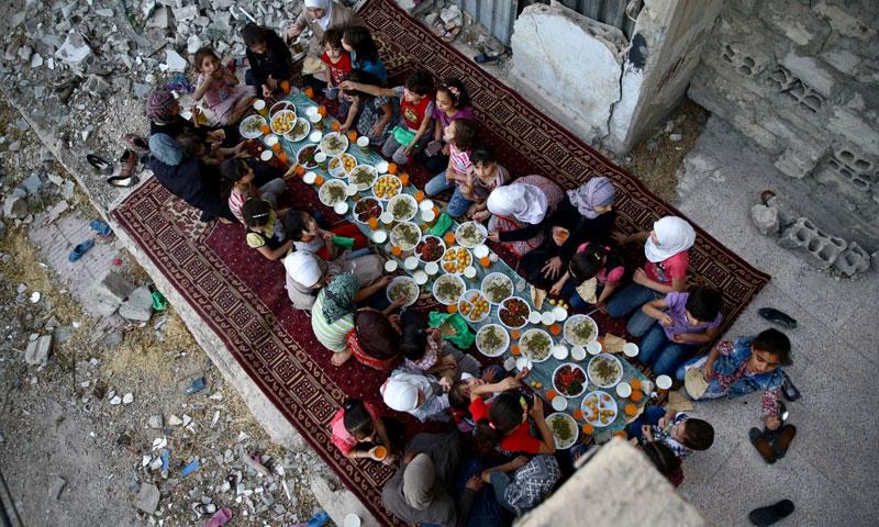 فتيات خلال إفطار نظمته مؤسسة خيرية في دوما بريف دمشق - 23 حزيران 2017 (رويترز)