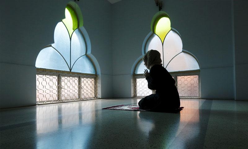 فتاة في مسجد بالعاصمة الماليزية كوالالامبور (رويترز)