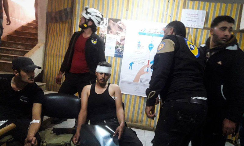 مصابون من الدفاع المدني في مشفى ميداني في درعا - 6 أيار 2018 (مديرية الدفاع المدني في درعا)