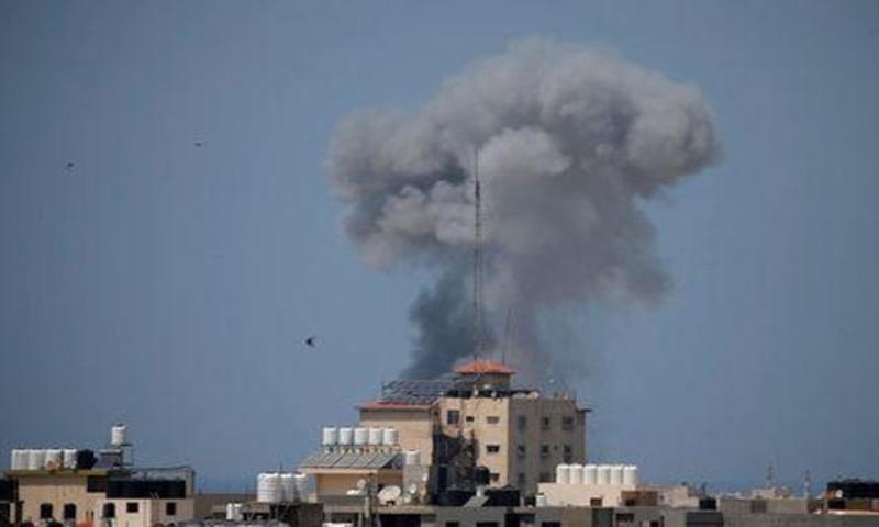 دخان يتصاعد عقب غارة جوية اسرائيلية بغزة يوم الثلاثاء 29 أيار 2018، (رويترز)