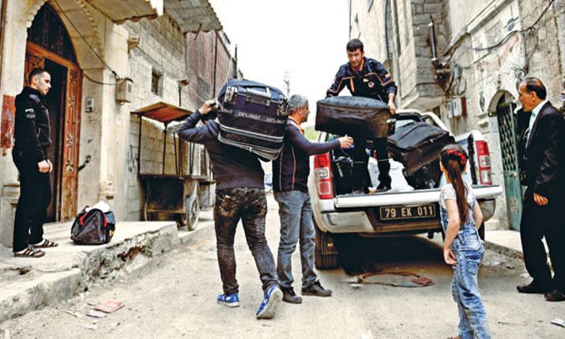 عائلة سورية تنقل حقائبها إلى بيتها في سوريا بعد عودتها له من تركيا 1 أيار 2018(hurriyet)