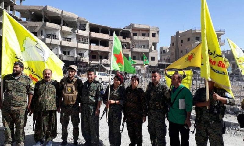 مقاتلي قوات سوري الديمقراطية ولواء ثوار الرقة) شبكة بلدي)