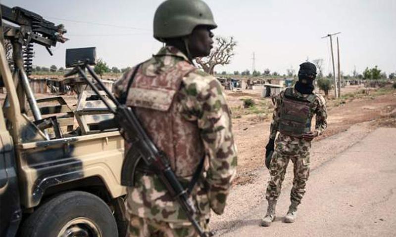 """جنود نيجيريون يقاتلون جماعة """"بوكو حرام"""" المتشددة (AFP)"""