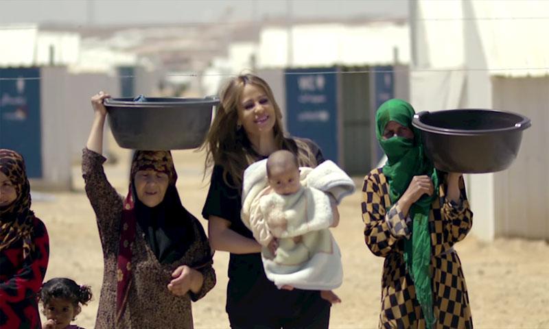 """المطربة اللبنانية كارول سماحة في مخيم الزعتري خلال تصوير إعلان """"زين"""" 2017 (يوتيوب)"""