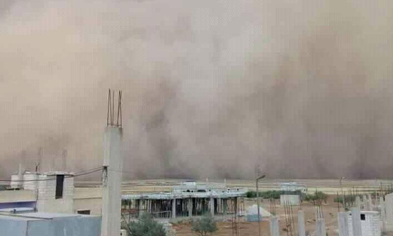 العاصفة الغبارية في محافظة درعا (صفحة طقس سوريا الحدث)