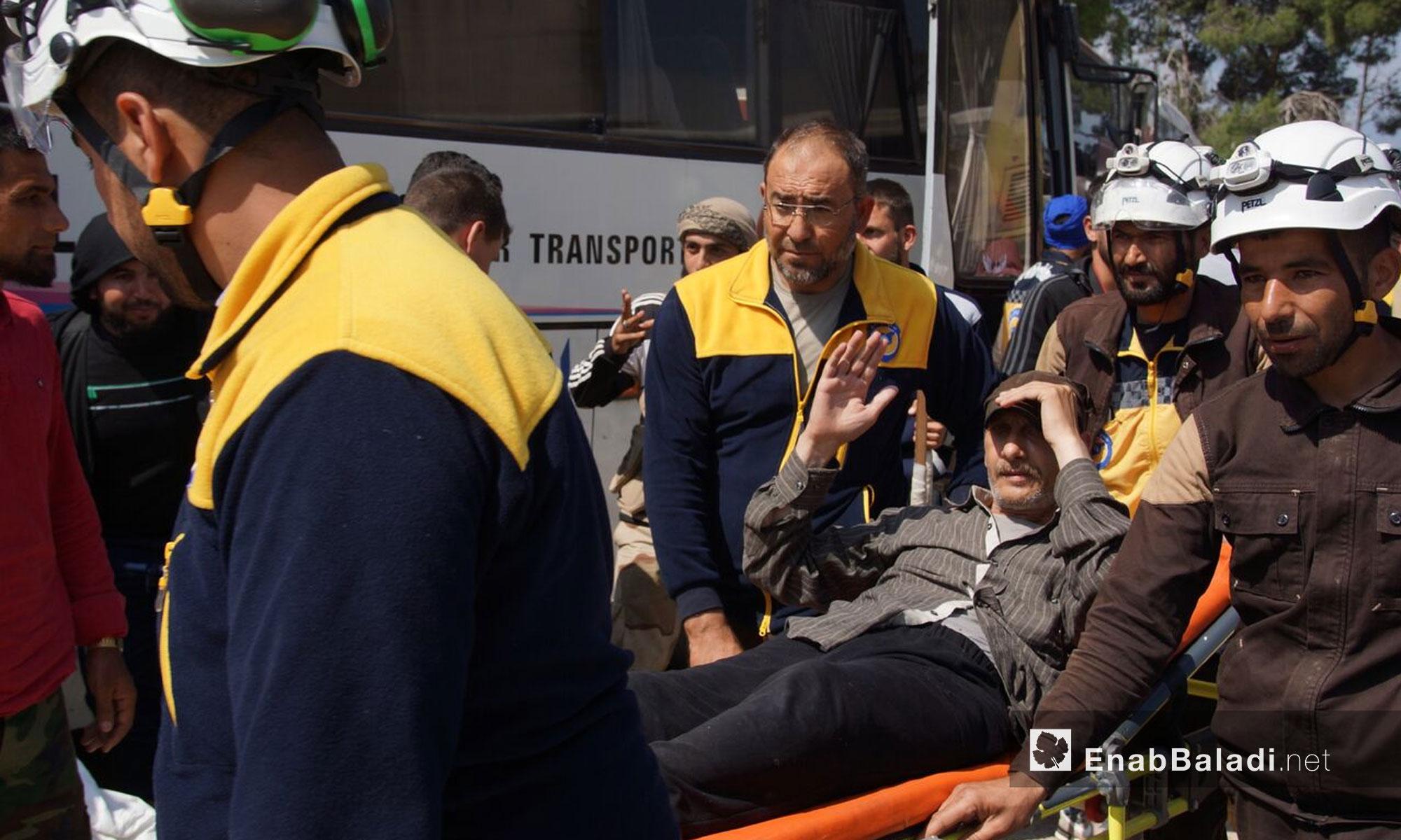 اسعاف المرضى من مهجري ريف حمص لحظة وصولهم إلى قلعة المضيق في ريف حماة - 10 أيار 2018 (عنب بلدي)