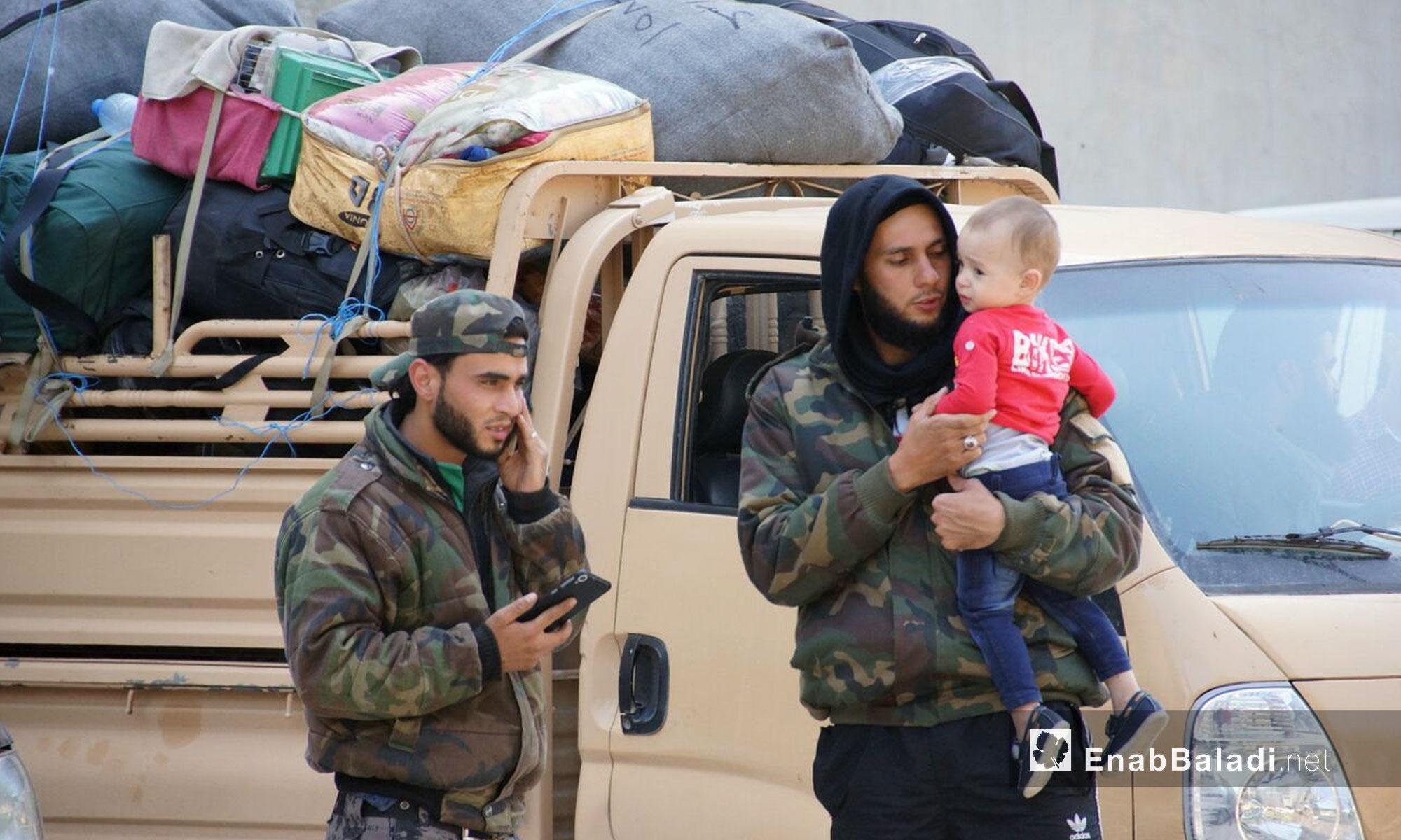 مهجرو ريف حمص لحظة وصولهم إلى قلعة المضيق في ريف حماة - 10 أيار 2018 (عنب بلدي)