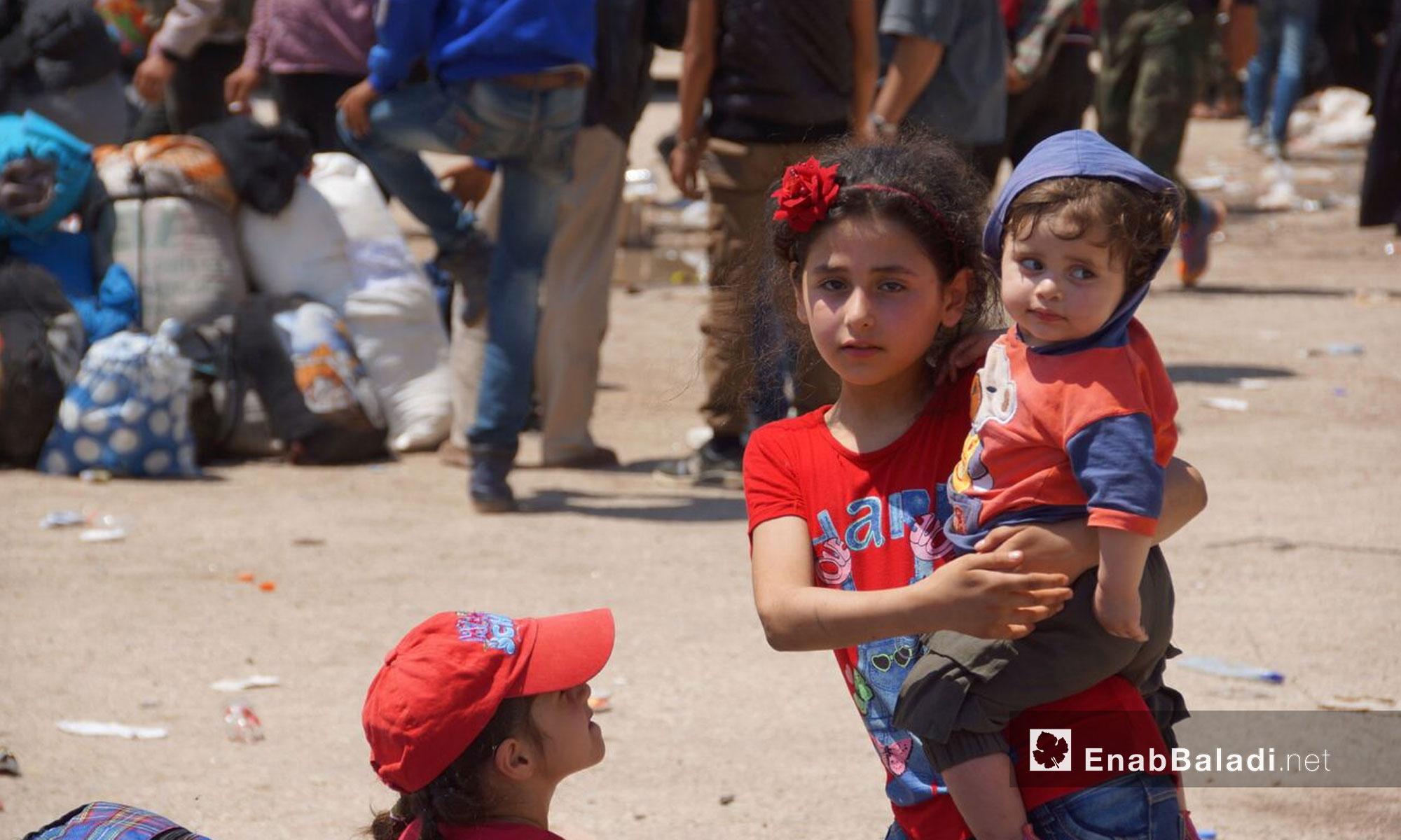أطفال من مهجري ريف حمص لحظة وصولهم إلى قلعة المضيق في ريف حماة - 10 أيار 2018 (عنب بلدي)
