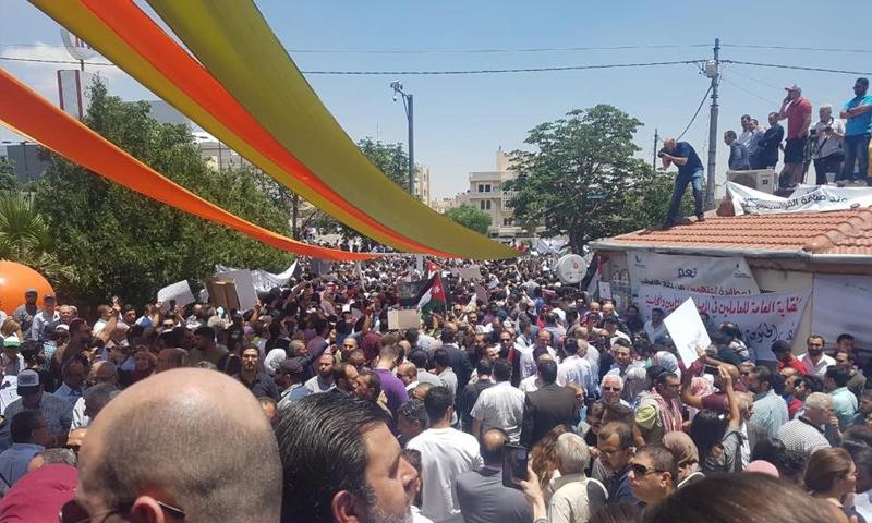 وقفة احتجاجية أمام النقابات المهنية في الأردن رفضًا لقانون ضريبة الدخل- 30 أيار 2018 (رؤيا)