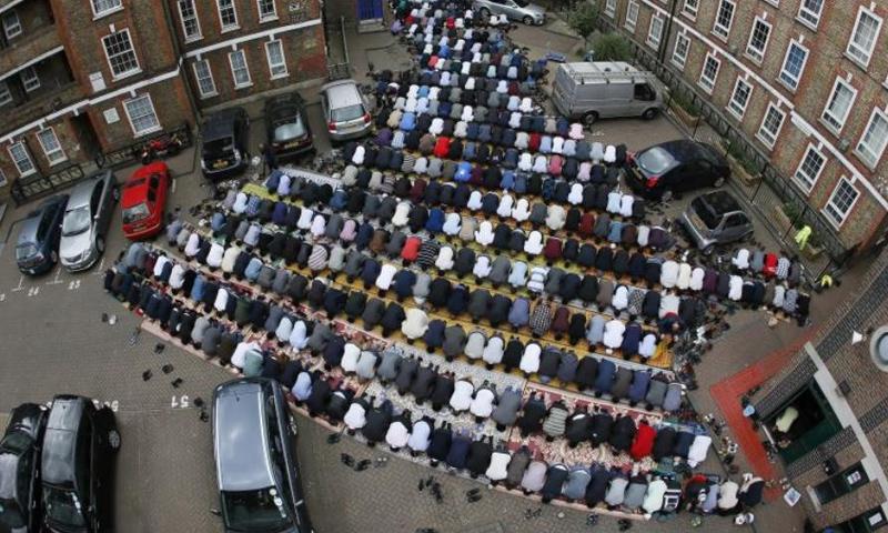 مسلمون يؤدون صلاة الجمعة في لندن، ثاني أيام عيد الفطر عام 2016 (رويترز)