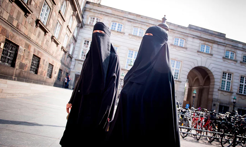 نساء منقبات في العاصمة الدنماركية كوبنهاغن (AFP)