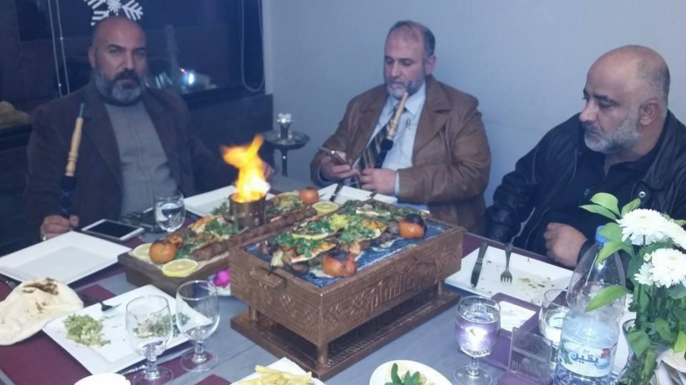 هشام خزامي إلى جانب ياسر البكار أحد قادة الميليشيات في السيدة زينب - (فيس بوك)