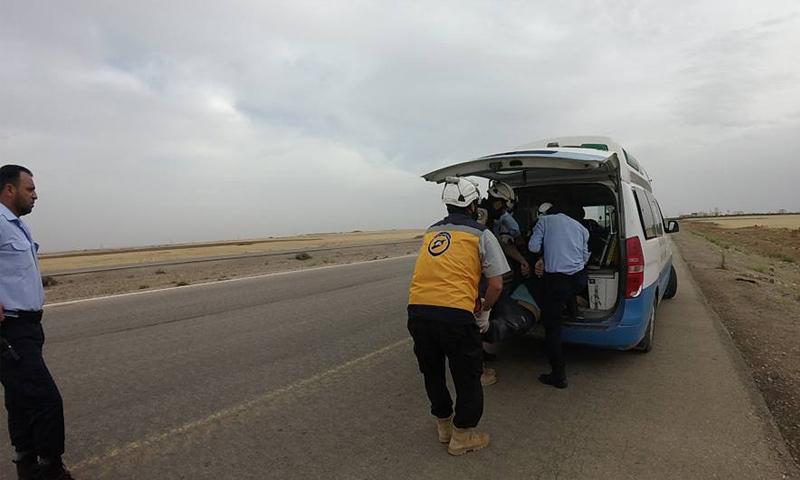 عناصر من الدفاع المدني تنقل جثث لمجهولين إلى مشفى نصيب - 28 من أيار 2018 (الدفاع المدني)