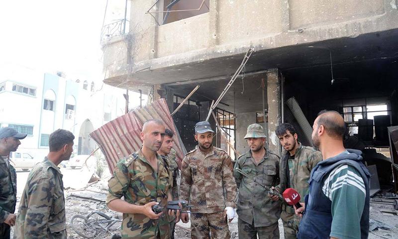 جنود من قوات الأسد مع مراسل وكالة سانا في الحجر الأسود- 4 أيار 2018 (سانا)