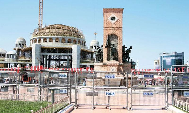 إحاطة ساحة تقسيم في اسطنبول بالسياج لمنع الفعاليات فيها 1 أيار 2018(egepostasi)