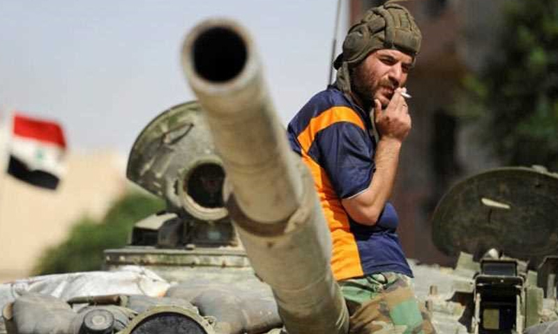 عنصر من قوات الأسد يعتلي دبابة في أحياء مدينة درعا - 2017 (قناة العالم)