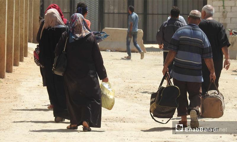 أهالي ريف حلب الشمالي المقيمين في تركيا أثناء زيارتهم شمال حلب عبر معبر باب السلامة - 13 حزيران 2017 - (عنب بلدي)