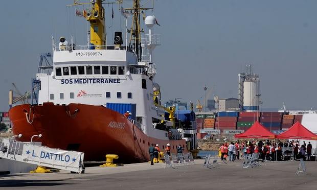 """صورة لسفينة """"داتيلو"""" في ميناء فالنسيا الإسباني وعلى متنها مهاجرين (مصدر أطباء بلاحدود)"""