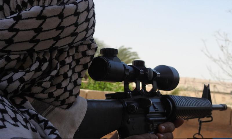 قناص من تنظيم الدولة الإسلامية على الجبهات الفاصلة مع قوات الأسد في قرية الباغوز بريف البوكمال- 28 أيار 2018 - (أعماق)