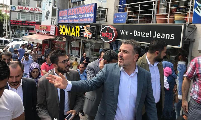 رئيس بلدية اسنيورت في اسطنبول خلال جولة على المطاعم السورية- 18 حزيران 2018 (فيس بوك)
