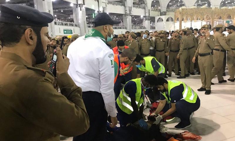 الهلال الأحمر السعودي ورجال الأمن يطوقون مكان سقوط رجل انتحر في الحرم المكي - 8 حزيران 2018 (ميدان الأخبار)