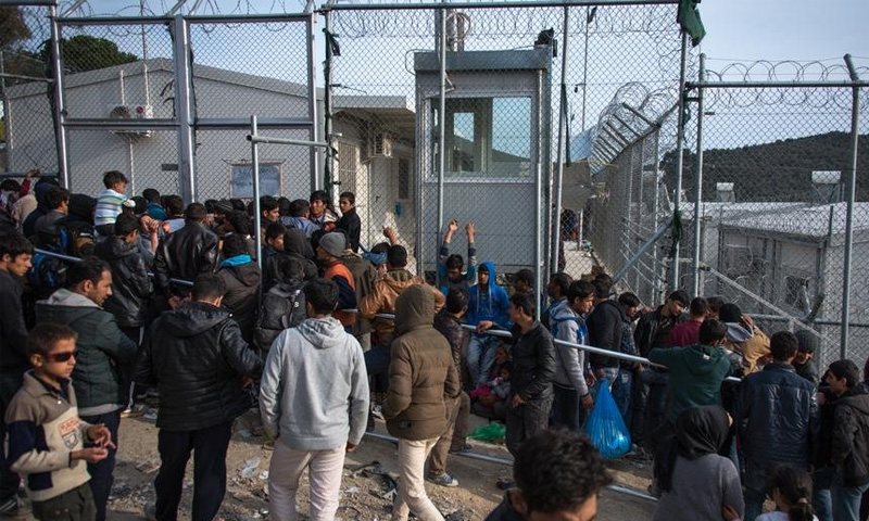 لاجئون ومهاجرون في مخيم موريا في اليونان (DW)