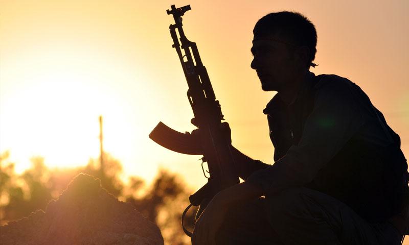 مقاتل في قوات سوريا الديمقراطية في عين عيسى شمالي الرقة - 10 تموز 2015 (AFP)