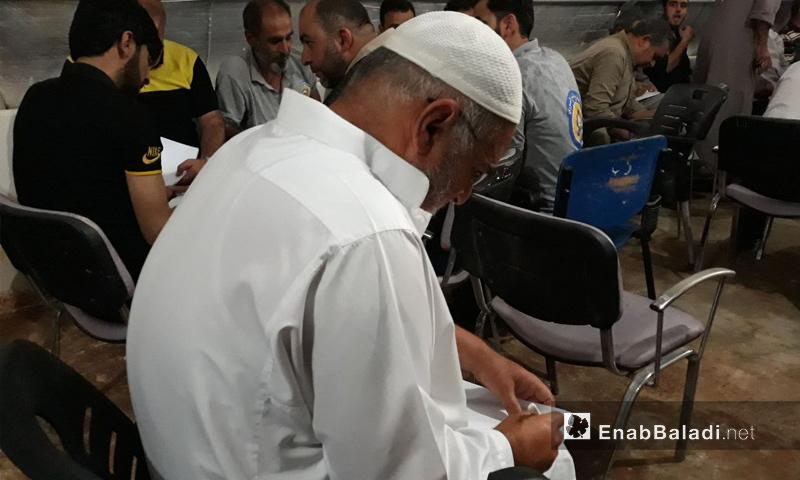 تسجيل أسماء الأهالي الراغبين بالعودة إلى تل رفعت في اجتماع وحهاء المدينة مع مسؤولين أتراك - 13 من حزيران 2018 (عنب بلدي)
