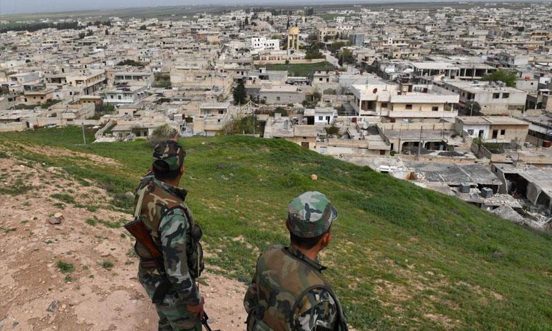مقاتلون في قوات الأسد يراقبون مدينة تل رفعت - 28 آذار 2018 (AFP)