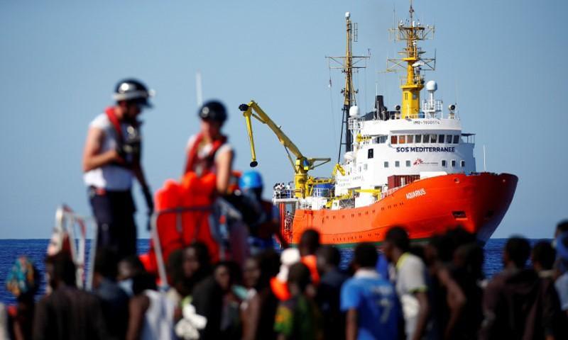 صورة أرشيفية لسفينة الإنقاذ أكوارويوس (رويترز)