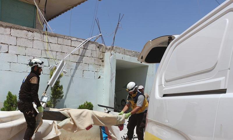 فرق الدفاع المدني تخلي ضحايا القصف الجوي على تفتناز بريف إدلب - 10 من حزيران 2018 (الدفاع المدني)