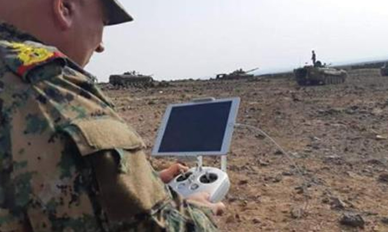 ضابط من قوات الأسد خلال المعارك الدائرة ضد تنظيم الدولة في بادية السويداء - 6 من حزيران 2-18 (فيس بوك)
