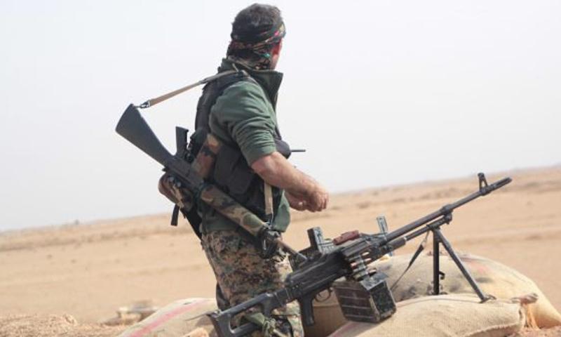 عنصر من قوات سوريا الديمقراطية خلال معارك ريف دير الزور الشرقي - كانون الثاني 2018 (عاصفة الجزيرة)
