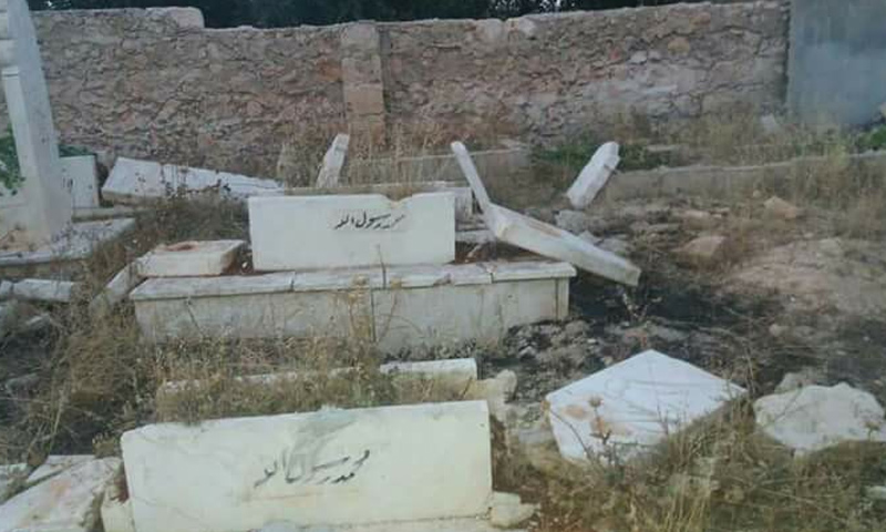 آثار تحطيم شواهد القبور في سراقب بريف إدلب - 16 من حزيران 2018 (فيس بوك)