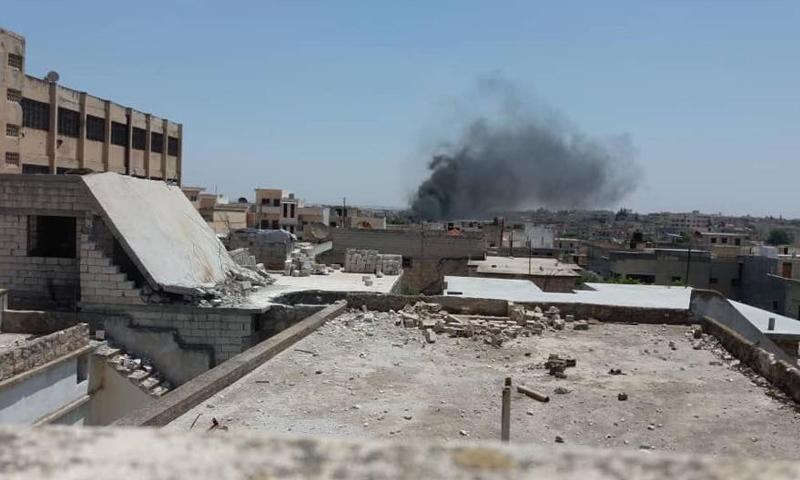 دخان جراء غارات جوية على مدينة بنش في ريف إدلب - 10 من حزيران 2018 (تنسيقية بنش)