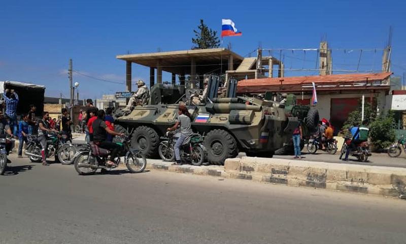 عناصر من الشرطة الروسية بعد دخولهم إلى مدينة داعل بريف درعا - 30 من حزيران 2018 (فيس بوك)