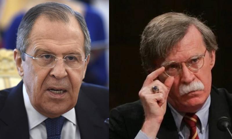 مستشار الأمن القومي الأمريكي جون بولتون ووزير الخارجية الروسي سيرغي لافروف (تعديل عنب بلدي)
