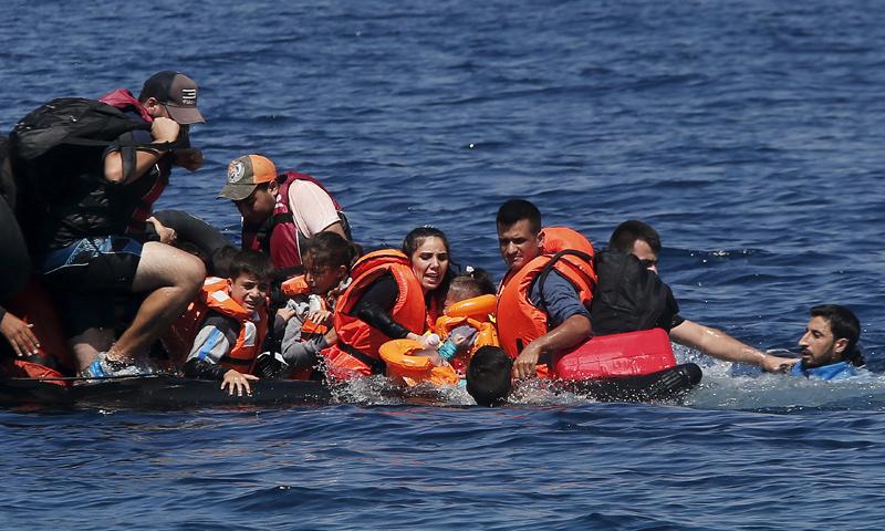 لاجئون سوريون يقطعون البحر للوصول إلى أوروبا (رويترز)