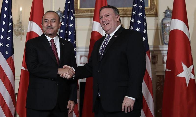 وزير الخارجية الأمريكي مايك بومبيو ونظيره التركي مولود جاويش أوغلو في واشنطن- 4 حزيران 2018 (الأناضول)