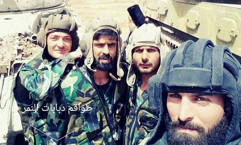 طواقم دبابات من قوات النمر خلال وصولهم إلى محيط درعا - 18 من حزيران 2018 (فيس بوك)