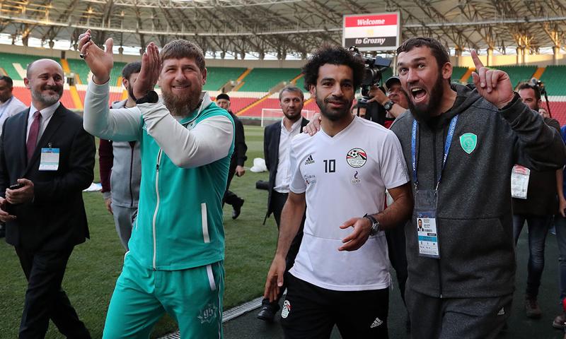 النجم المصري محمد صلاح والرئيس الشيشاني رمضان قاديروف (AFP)