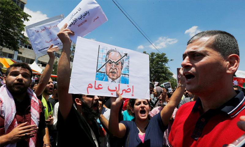 متظاهرون يشاركون في الاحتجاجات الشعبية في الأردن - 30 أيار 2018 (رويترز)