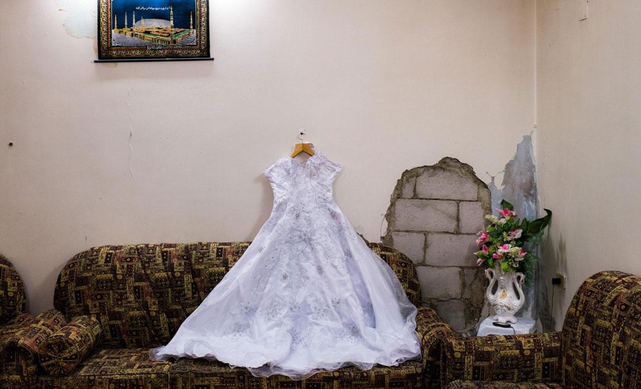 فستان لحفل زفاف في حي بابا عمرو في حمص (NATIONAL GEOGRAPHIC)