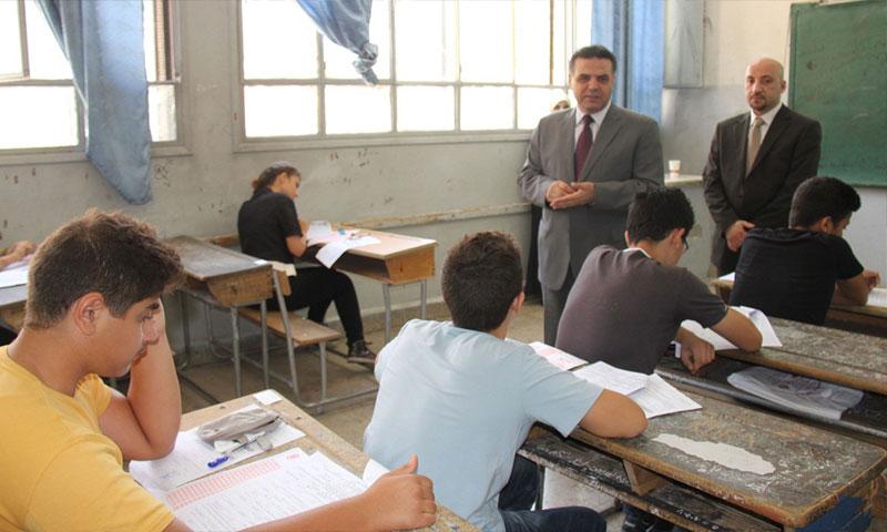 وزير التربية هزوان الوز يتفقد قاعة امتحانية (فيس بوك)