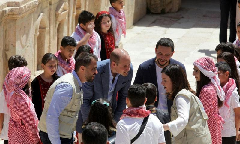الامير وليام وولي العهد الاردني يتحدثان مع الاطفال الاردنيين والسوريين في جرش في 25 حزيران 2018 (فرنس برس)