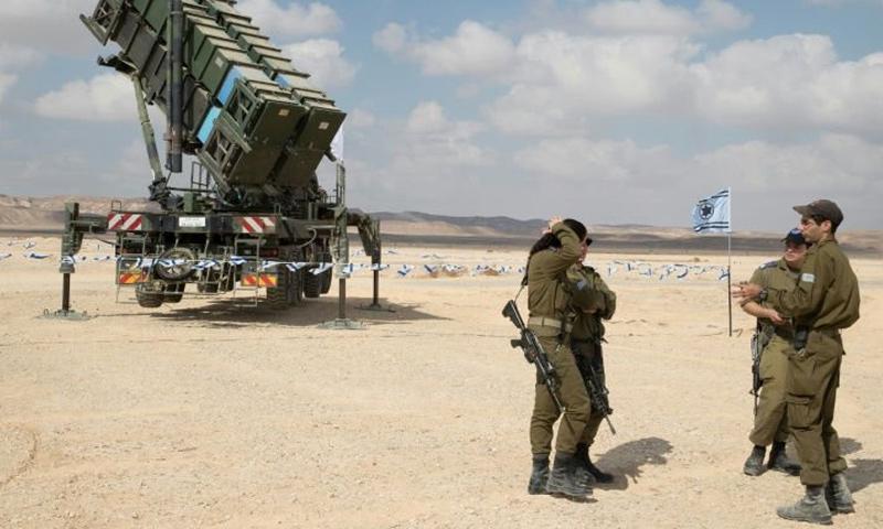 منظومة باتريوت الأمريكية وإلى جانبها عناصر من الجيش الإسرائيلي - (انترنت)