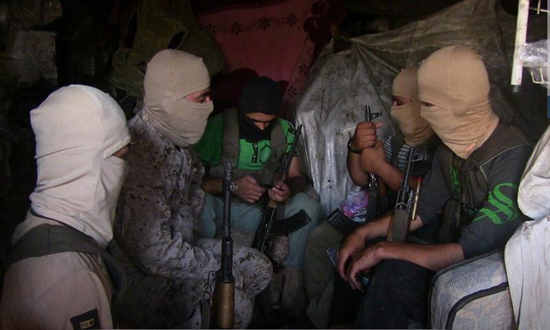 عناصر من هيئة تحرير الشام على جبهات منطقة جبل الأكراد بريف اللاذقية - تموز 2018 (وكالة إباء)