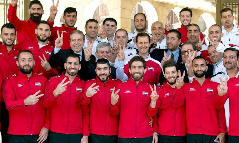 رئيس النظام السوري بشار الأسد يستقبل المنتخب السوري (صفحة رئاسة الجمهورية في فيس بوك)
