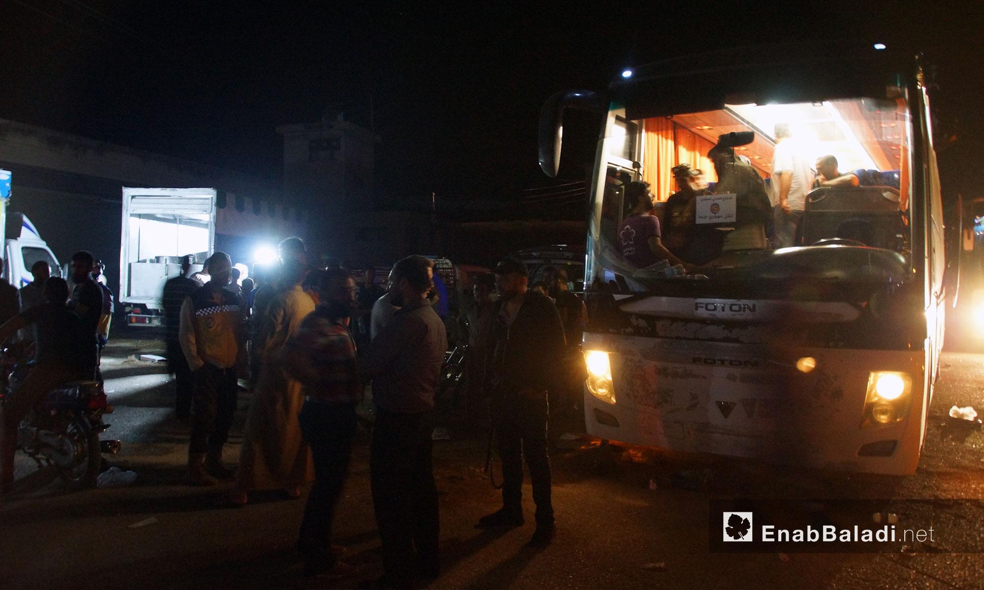 وصول القافلة الأولى من مهجري درعا إلى مدينة قلعة المضيق في ريف حماه - 16 تموز 2018 (عنب بلدي)