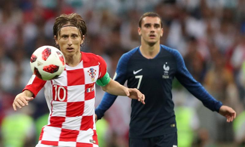 نجم المنتخب الكرواتي مودريتش والفرنسي جريزمان في نهائي كأس العالم (رويترز)